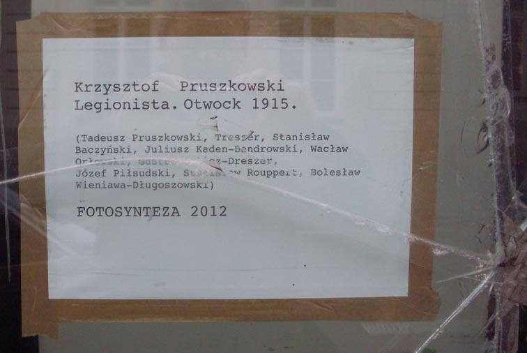 Podpis zdjęcia Pruszkowskiego za rozbitą szybą,