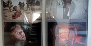 """Fotoreportaż Maksymiliana Rigamonda z Afganistanu i... odbijające się otoczenie. Wystawa """"Prezentacje"""" w siedzibie SDP na Foksal w Warszawie."""