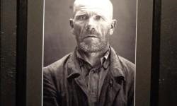 """Portret ofiary NKWD na wystawie """"Wielki Terror 1937-38"""" w Centrum Artystycznym Fabryka Trzciny w Warszawie."""