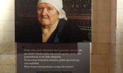 """Członek rodziny osoby zamordowanej przez NKWD. Fotografia na wystawie """"Wielki Terror 1937-38"""" w Centrum Artystycznym Fabryka Trzciny w Warszawie."""