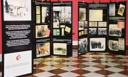 """Wystawa """"Zachować Pamięć. Praca przymusowa i niewolnicza obywateli polskich na rzecz III Rzeszy w latach 1939-1945"""" eksponowana na Zamku Królewskim w Warszawie w 2005 r."""