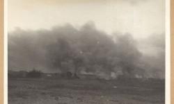 Dymy nad płonącym gettem. Widok z fortu Traugutta. Fot.: Stanisław Baranowski. Źródło: Warszawa1939.pl
