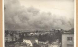 Dymy nad płonącym gettem. Widok od strony Żoliborza. Fot.: Stanisław Baranowski. Źródło: Warszawa1939.pl