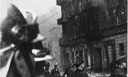 Polscy strażacy i niemieccy żołnierze SS w czasie powstania w getcie warszawskim. Foto.: Leszek Grzewaczewski, ©United States Holocaust Memorial Museum