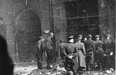 Niemieccy policjanci i SS aresztują Żydów na ul Nowolipie w czasie powstania w getcie warszawskim. Foto.: Leszek Grzewaczewski, ©United States Holocaust Memorial Museum
