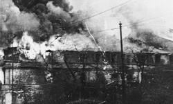 Płonący budynek w czasie powstania w getcie warszawskim. Foto.: Leszek Grzewaczewski, ©United States Holocaust Memorial Museum
