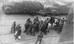 Grupa Żydów prowadzona na Umschlagplatz w czasie powstania w getcie warszawskim. Foto.: Leszek Grzewaczewski, ©United States Holocaust Memorial Museum