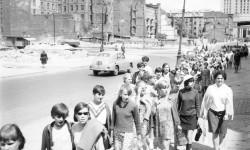 Fot. Jerzy Jarski, Młodzież idąca ul. Złotą od strony Pałacu Kultury w 1968 roku (10% głosów)
