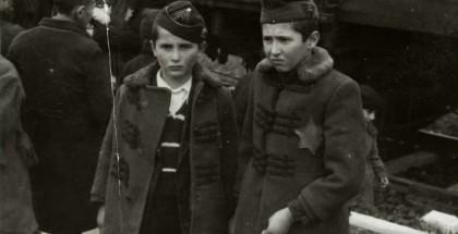 """Bracia Sril Israel i Zelig Jacob (po lewej) na rampie obozu KL Auschwitz w maju 1944 roku. Fotografia z tzw. """"Albumu Lili Jacob"""". Fot. Yad Vashem Photo Archive"""