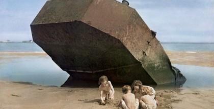 Chim, [Dzieci bawiące się na Omaha Beach, Normandia, Francja], 1947. © Chim (David Seymour)/ Magnum Photos.