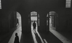Roman Vishniac, [Wnętrze dworca Anhalter Bahnhof, niedaleko Potsdamer Platz, Berlin], koniec lat 1920. – początek 1930. © Mara Vishniac Kohn. Courtesy International Center of Photography.