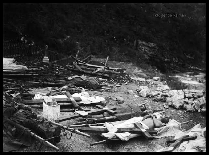 Fotografia Jendy Rajmana przedstawiające porzucone zwłoki włoskich żołnierzy na cmentarzu w Kambriška 9 XI 1917 r.