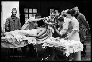 Fotografia Jendy Rajmana przedstawiająca operację w szpitalu polowym.