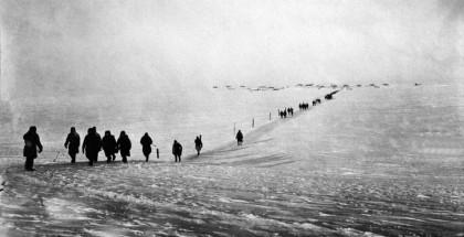 Więźniowie idący do kopalni na przylądku Razdielnyj na zamarzniętej powierzchni Zatoki Warnieka.