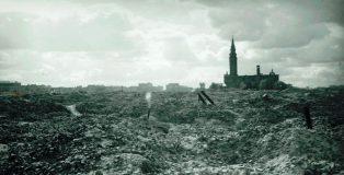Ruiny getta w Warszawie. W głębi ocalały kościół św. Augustyna na Nowolipkach. Fot. Anton Roy Ganz, Muzeum Polskie w Rapperswilu