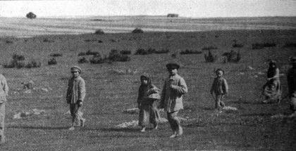 """""""Małe """"stare"""" dzieci Polski. Grupy takie jak ta powyżej codziennie przybywają do siedziby Amerykańskiego Czerwonego Krzyża w Białymstoku, zziębnięte i głodne. Tak wielu jak się da umieszcza się w sierocińcach"""" [Tłumaczenie oryginalnego podpisu]. """"The Red Cross Bulletin"""", t. V nr 13, 28.03.1921 r., s. 6"""